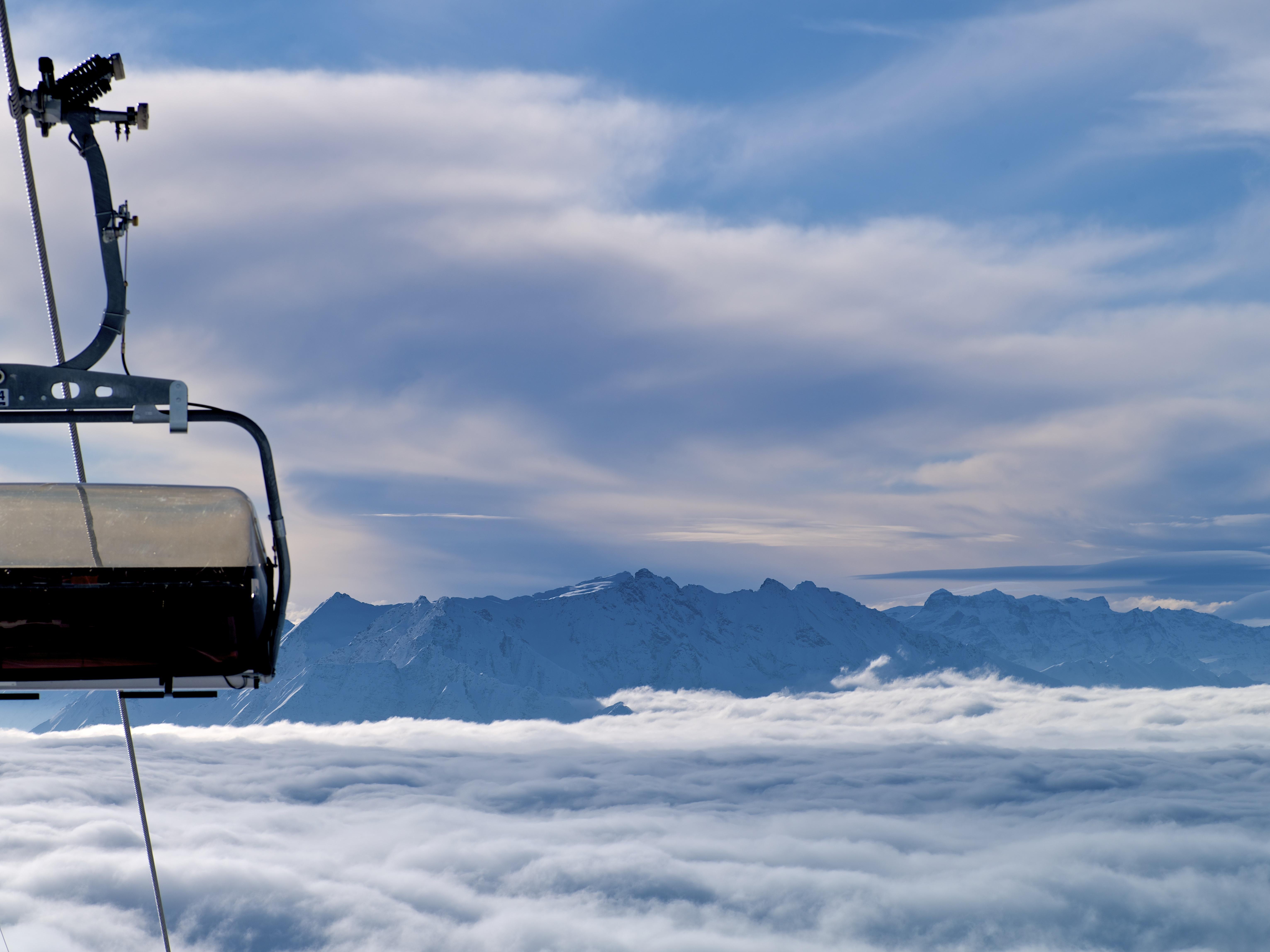 Sessel über Nebelmeer, © Weisse Arena Bergbahnen AG, Gaudenz Danuser